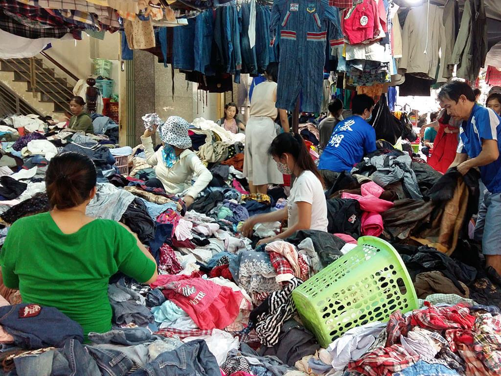 Chợ Hoàng Hoa Thám là một khu chợ chuyên đồ si cực kì lâu đời tại Sài Gòn