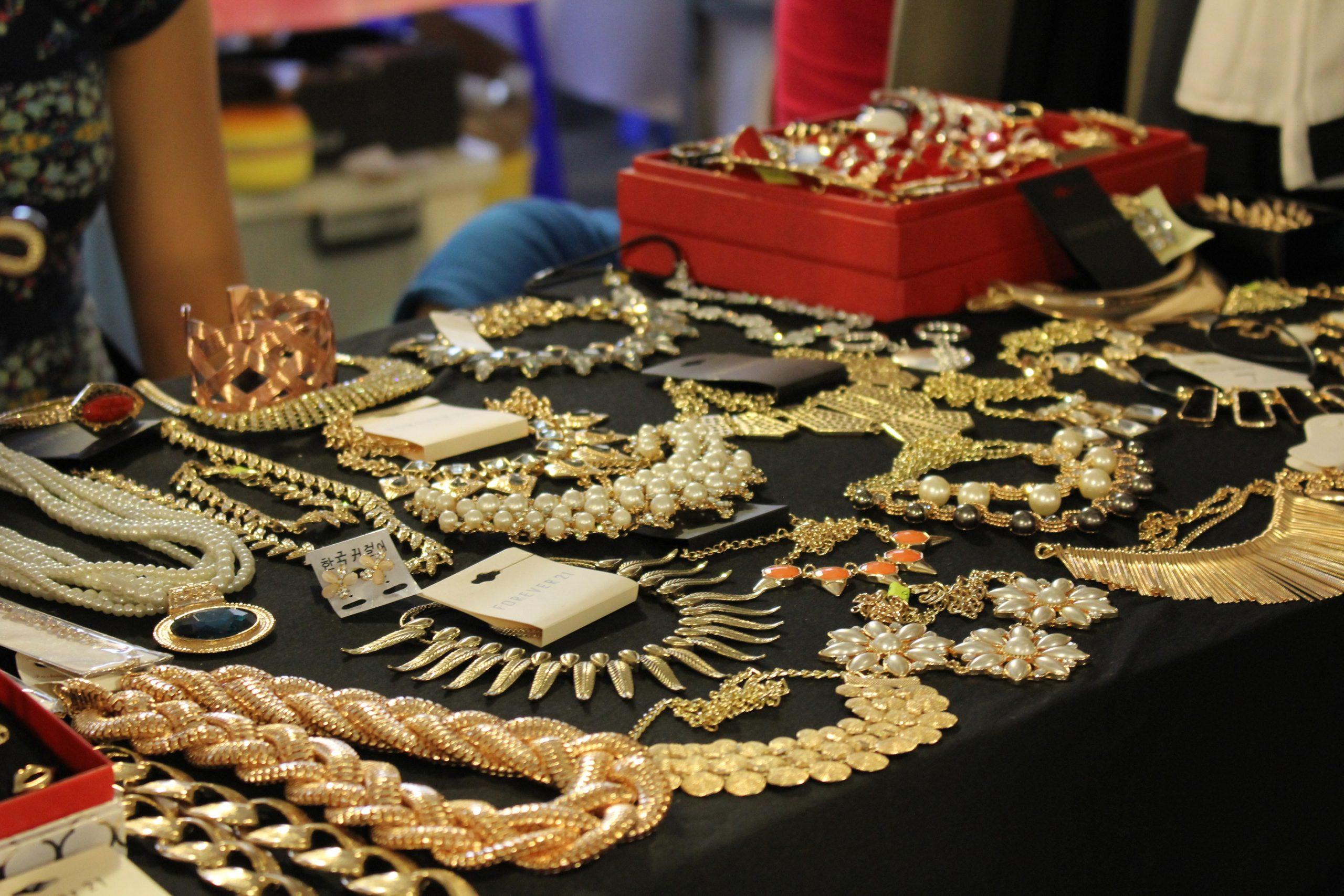 Việc kinh doanh trang sức đang trở nên nở rộ hơn vì nhu cầu của các chị em đối với mặt hàng này luôn luôn cao