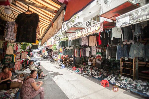 Chợ Bàn Cờ bán đủ mặt hàng nhưng nổi bật nhất vẫn là các loại giày si
