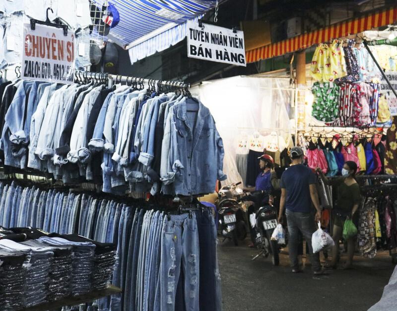 Các mẫu quần áo secondhand tại đây không đa dạng lắm vì chủ yếu nhắm tới sinh viên nên chỉ có áo thun unisex
