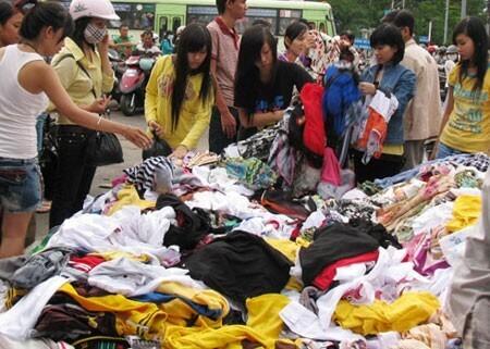 Chợ Nguyễn Tri Phương được biết đến với các mặt hàng đồ si bằng chất liệu da vô cùng độc đáo
