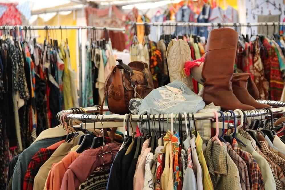 Không chỉ có các loại quần áo mà thị trường đồ secondhand còn cực kì sôi động với các loại giày dép hiệu, túi xách bóp ví, linh kiện điện tử