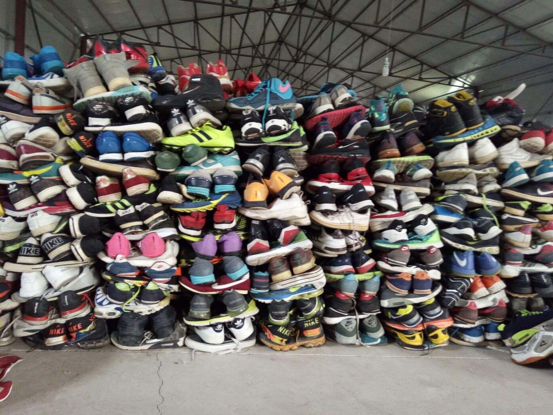 Trong số các mặt hàng kinh doanh phổ biến nhất hiện nay thì giày dép là mặt hàng được lựa chọn nhiều nhất, không thua kém gì quần áo vì đây là loại hàng tiêu dùng mà ai cũng cần sử dụng mỗi ngày