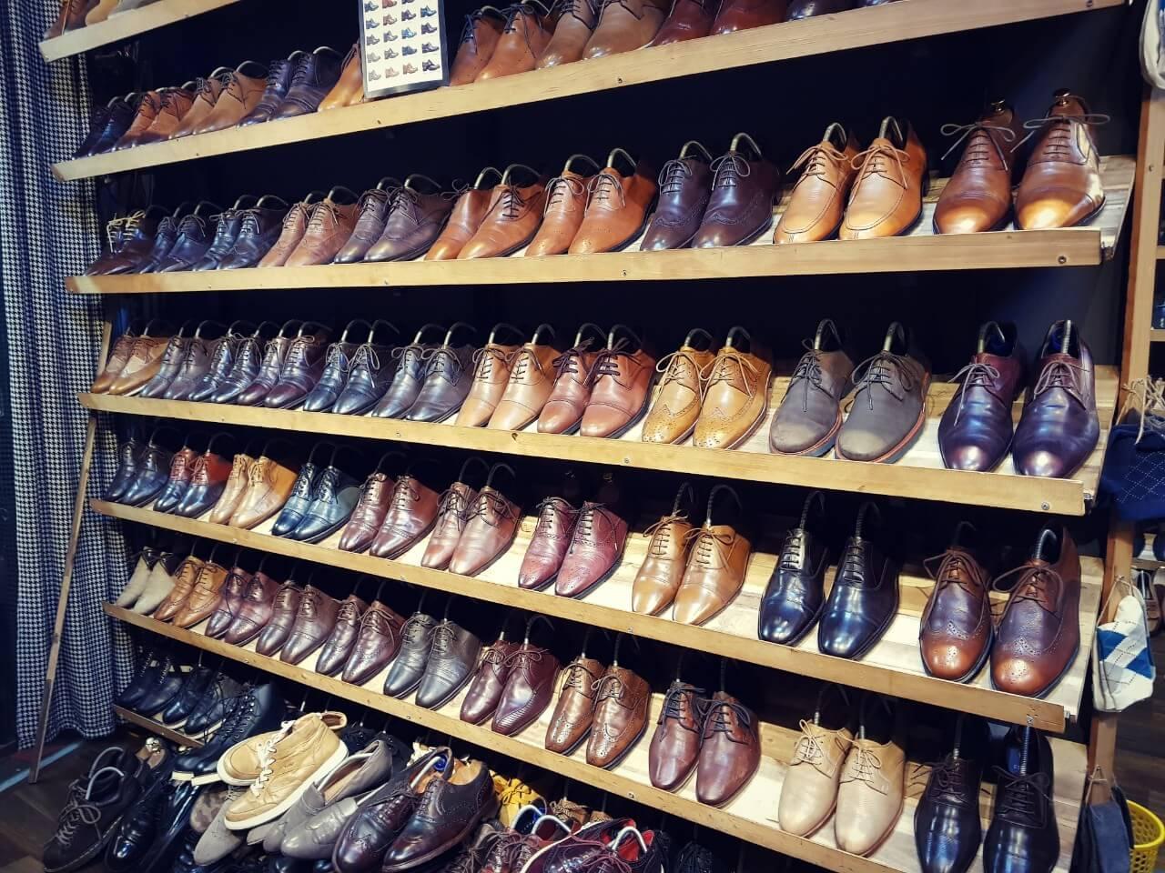 Việc mua giày tây secondhand sẽ giúp tiết kiệm được khá nhiều chi phí khi mà giá mua mới loại giày này không hề rẻ