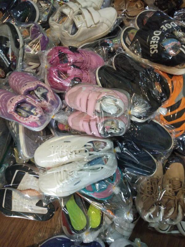 Giày trẻ em thường có nguồn gốc phong phú hơn các loại hàng thùng khác, có càng hàng VNXK, hàng Quảng Châu cao cấp