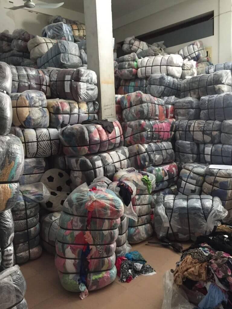 Áo sweater hàng thùng được gom ở Hàn - Nhật - Mỹ và được tập kết ở Campuchia.