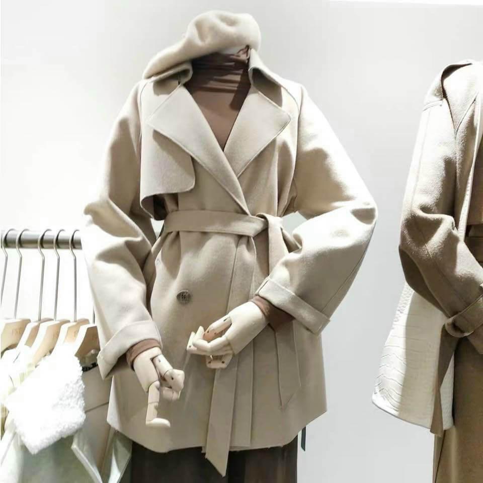 Áo khoác dạ hàng thùng ngoài nguồn hàng áo đã qua sử dụng được quyên góp từ người dân thì còn một lượng hàng là hàng trưng bày qua mốt, hàng tồn kho thanh lý nên độ mới khá cao.
