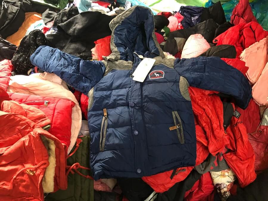 Nên đến trực tiếp vì hàng thùng phải tận tay sờ thì bạn mới cảm nhận được chất vải, độ cũ mới và sạch sẽ của sản phẩm