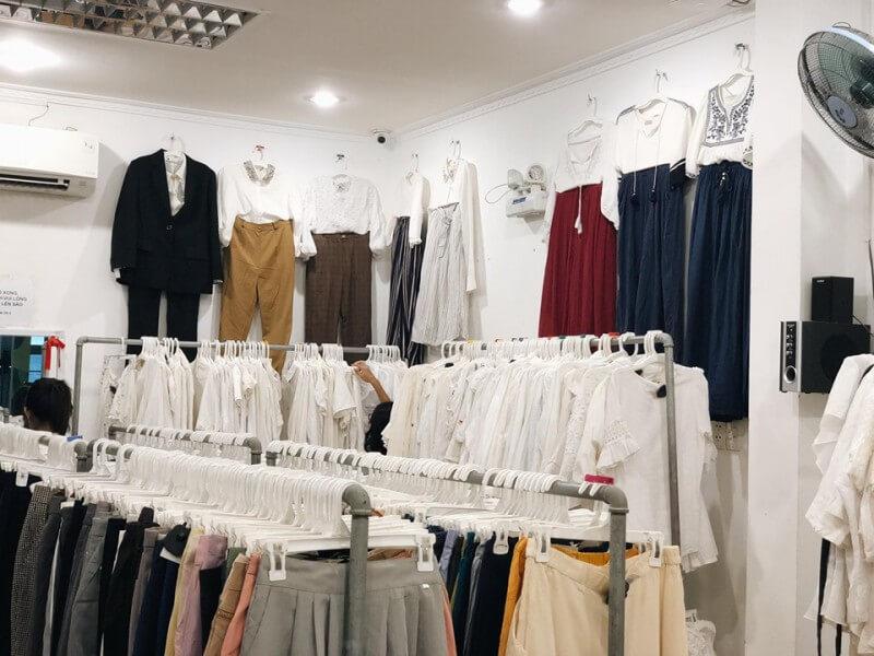 Các mặt hàng thùng ở đây chuyên về quần áo hàng thùng nữ như đầm đi làm, đầm xô, áo voan, áo kiểu, quần tây, quần kaki, quần jeans