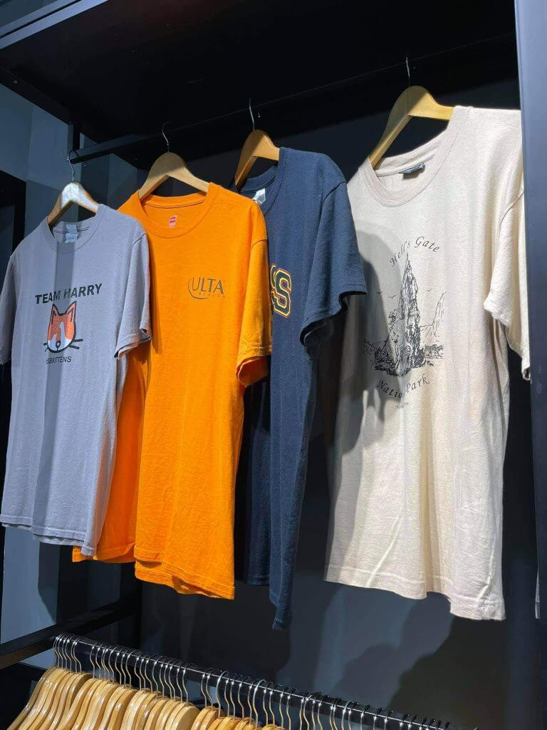 Áo thun unisex hàng thùng ở giaysecondhand.com là hàng được nhập từ Mỹ, Úc, Canada nên kiểu dáng và form áo đều rất độc, lạ hơn hàng trong nước