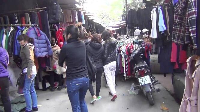 Đây cũng là địa điểm mua quần áo, giày dép phổ biến của các bạn học sinh, sinh viên hay dân lao động muốn tiết kiệm