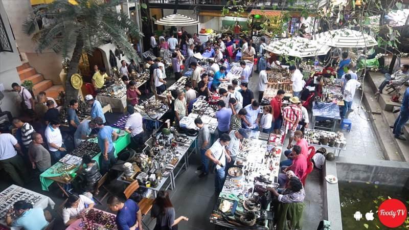 Hàng ở chợ sẽ được chia theo mùa vụ, vào vụ hè thì chủ yếu bán áo thun, đầm váy voan, đầm 2 dây, đầm xô, áo sơ mi Hawaii