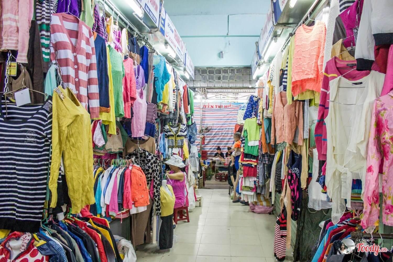 Các mặt hàng đẹp mà bạn nên mua tại chợ Kỳ Đồng như áo sơ mi, quần jeans, đầm đi làm