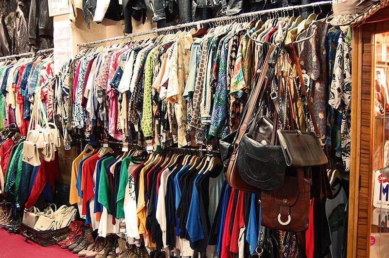 Bên trong chuyên bán hàng thời trang, các loại quần áo hàng thùng đa dạng