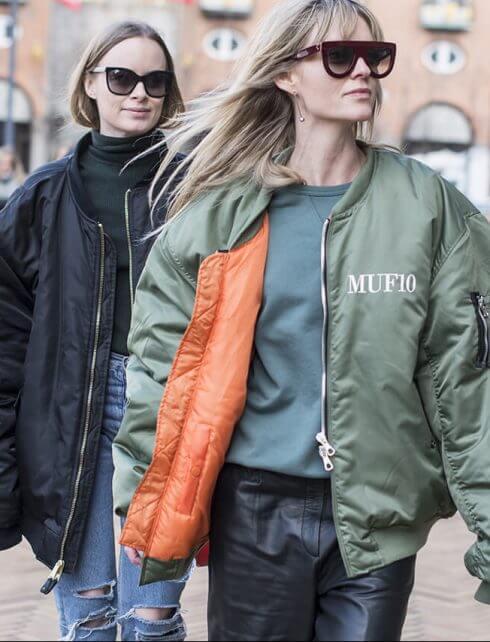 Vì thiết kế đơn giản, đa dạng về màu sắc và họa tiết nên áo khoác bomber có thể phối với nhiều loại trang phục khác nhau như đầm váy, quần theo nhiều phong cách thời trang thường ngày