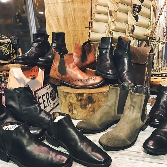 Giày boots đang là trào lưu được cả các bạn nam và bạn nữ ưa chuộng trong những năm gần đây.