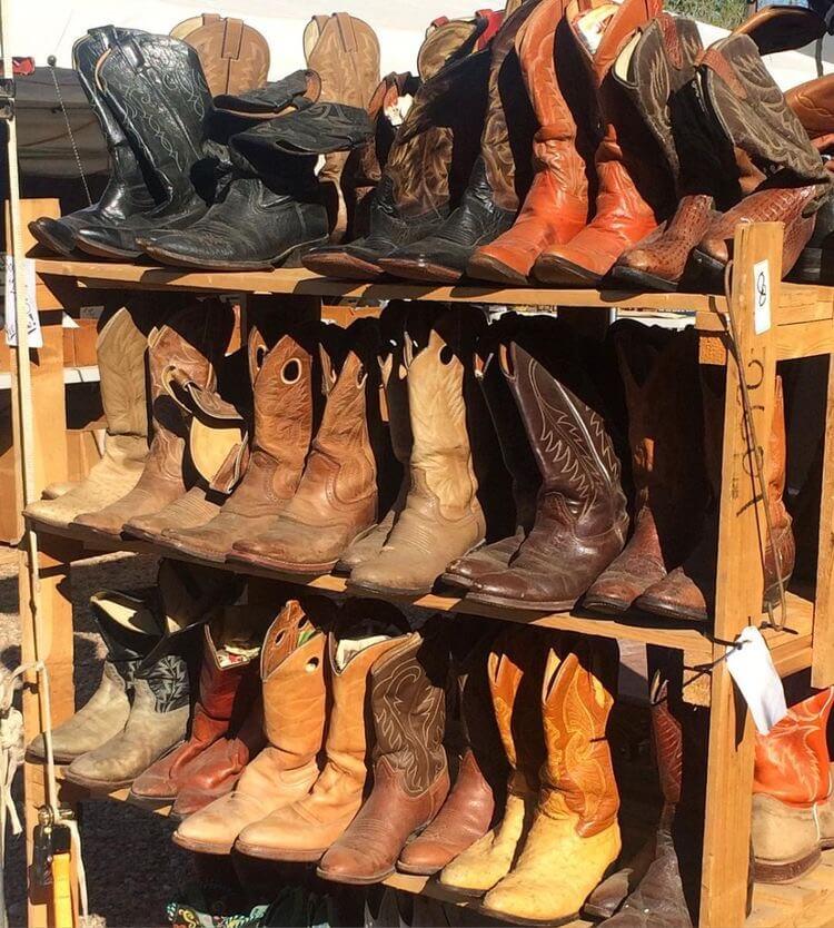 """Giày boots đang là item được các bạn trẻ săn đón, đặc biệt là trong dịp Thu Đông thì số lượng giày boots được bán ra mỗi ngày khủng đến mức loại giày này trở thành """"đặc sản"""""""