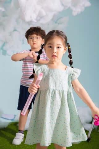 Khá nhiều bố mẹ hiện nay chuộng mua quần áo si cho con vì không chỉ tiết kiệm, bảo vệ môi trường mà mẫu mã còn đa dạng phong phú